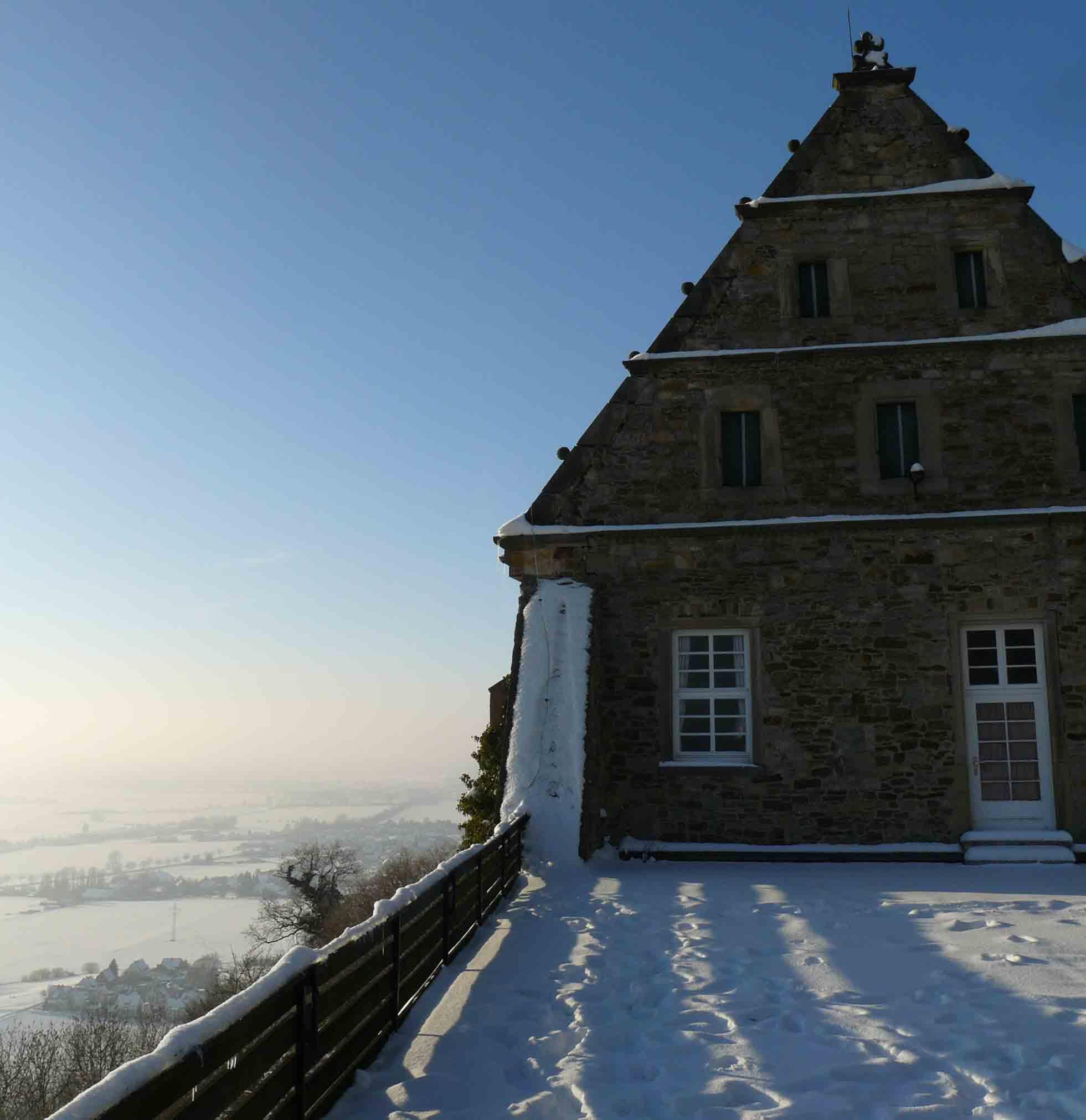 Schaumburg Blick vom Herrenhaus im Winter
